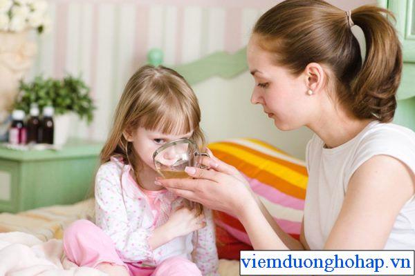 Làm dịu cổ họng khi trẻ bị viêm họng hạt