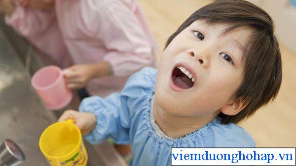 Cho trẻ sức miệng bằng nước muỗi loãng phòng tránh viêm họng