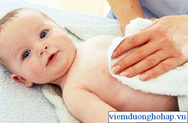 Hạ sốt cho trẻ bằng khăn ấm